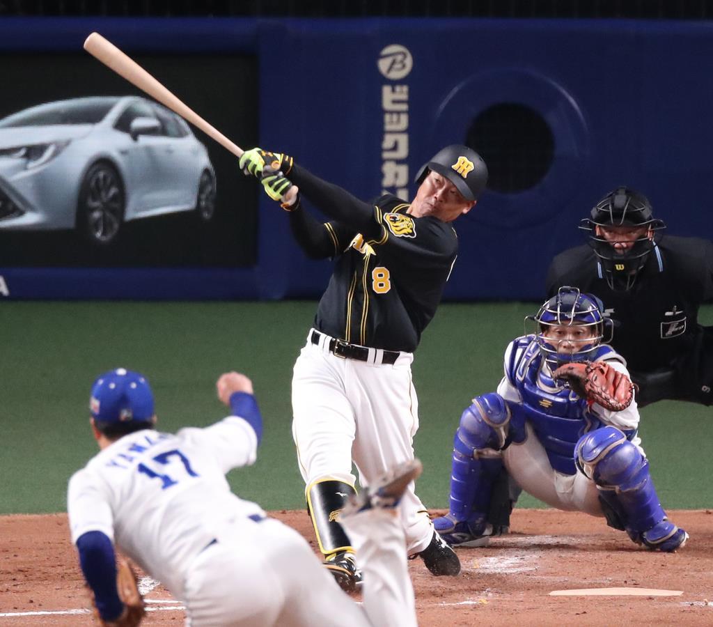 阪神戦の3回、3点本塁打を放つ阪神・福留孝介 =ナゴヤドーム(山田喜貴撮影)