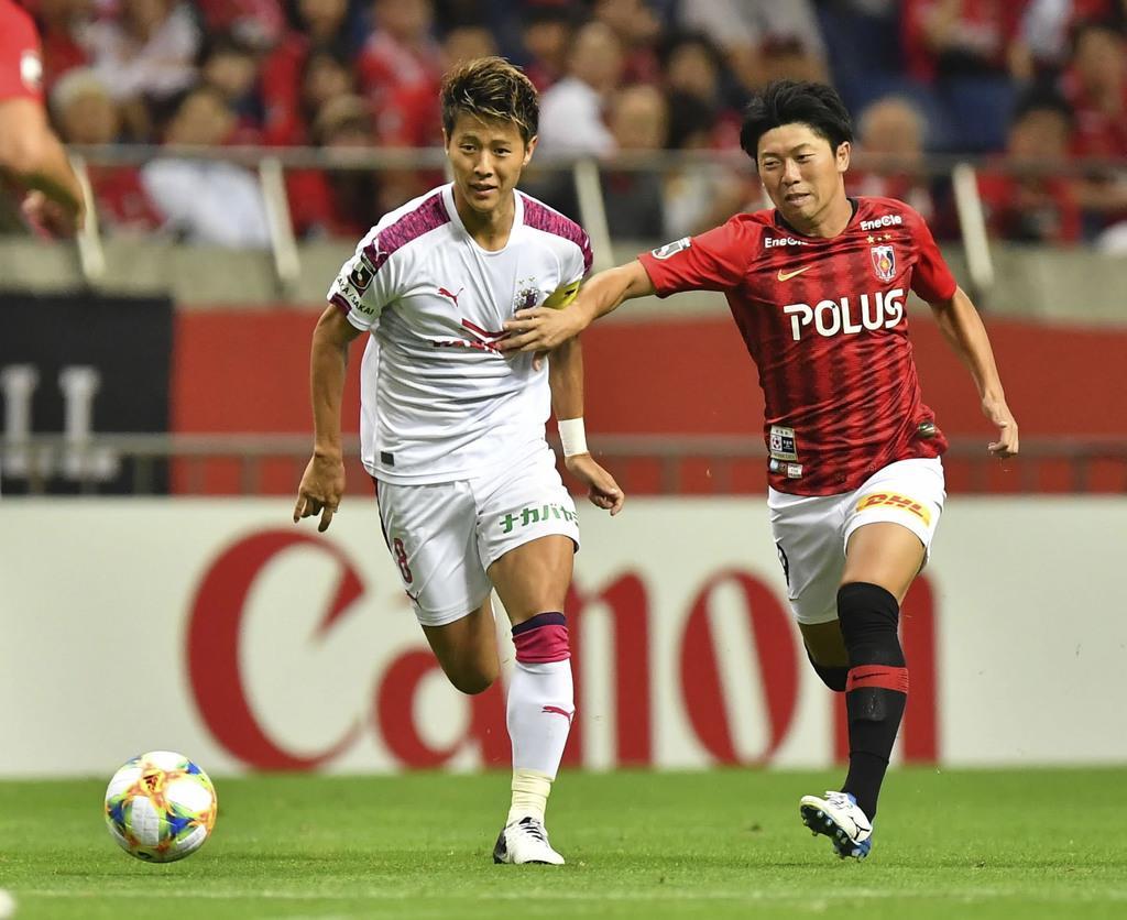 前半、競り合うC大阪・柿谷(左)と浦和・武藤=埼玉スタジアム