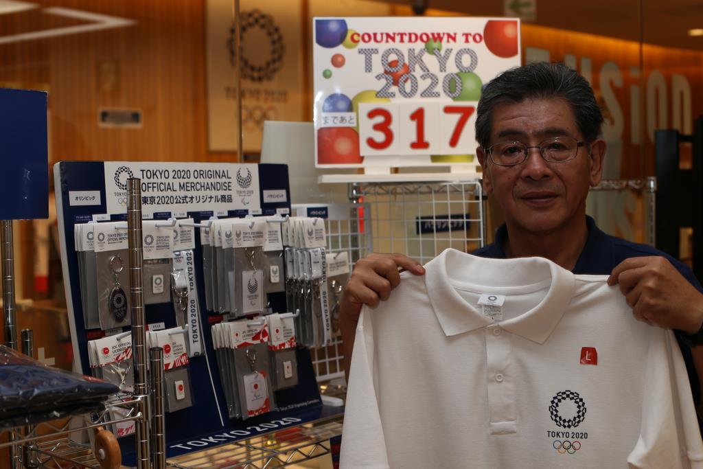 東京五輪グッズを販売する「わかやまスポーツ伝承館」の江川哲二館長。「一緒に盛り上がっていければ」と話している