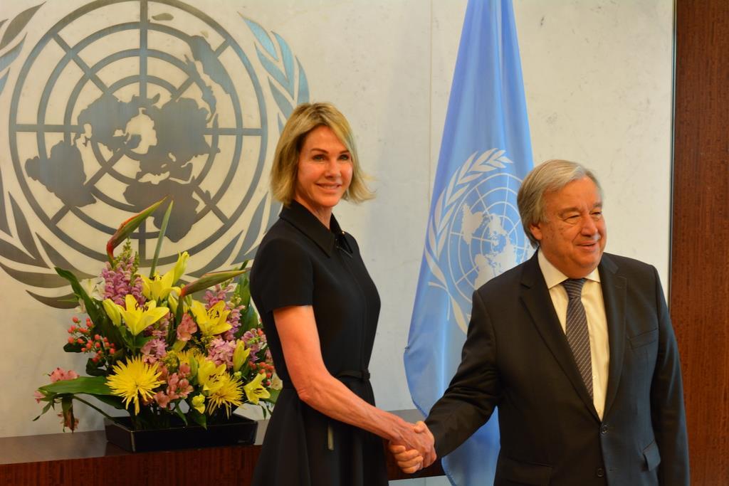 12日、ニューヨークの国連本部でグテレス事務総長と面会する米国のクラフト新国連大使(左)=ケビン・ピナー撮影