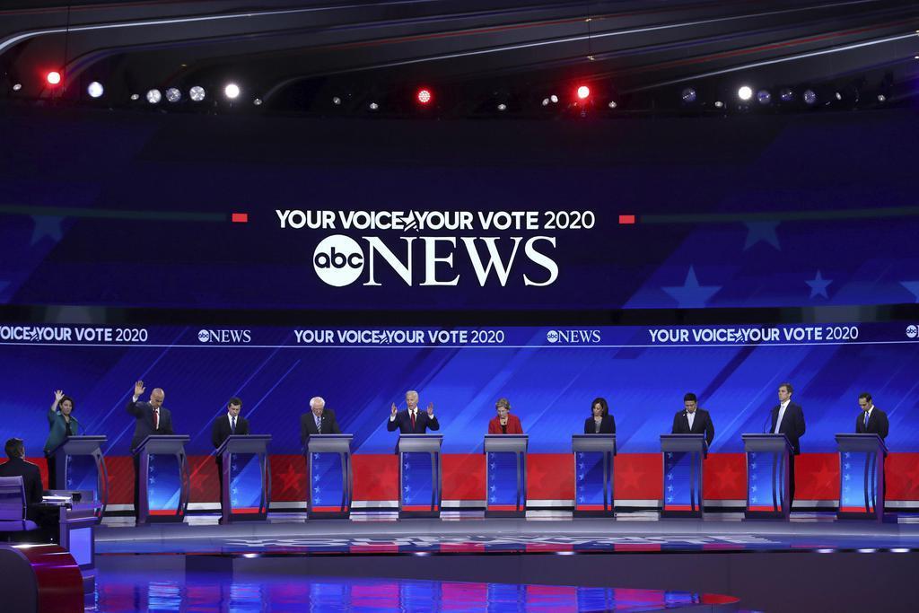 12日、米南部テキサス州ヒューストンで開かれた民主党討論会で登壇した候補者ら(ゲッティ=共同)