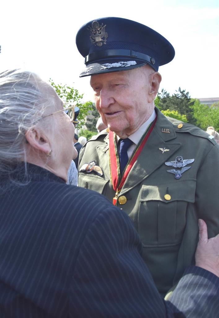 ベルリン大空輸作戦終了70年記念式典で地元市民と話し合う元米兵、ゲイル・ハルボルゼン氏=5月12日、ベルリン市内(宮下日出男撮影)