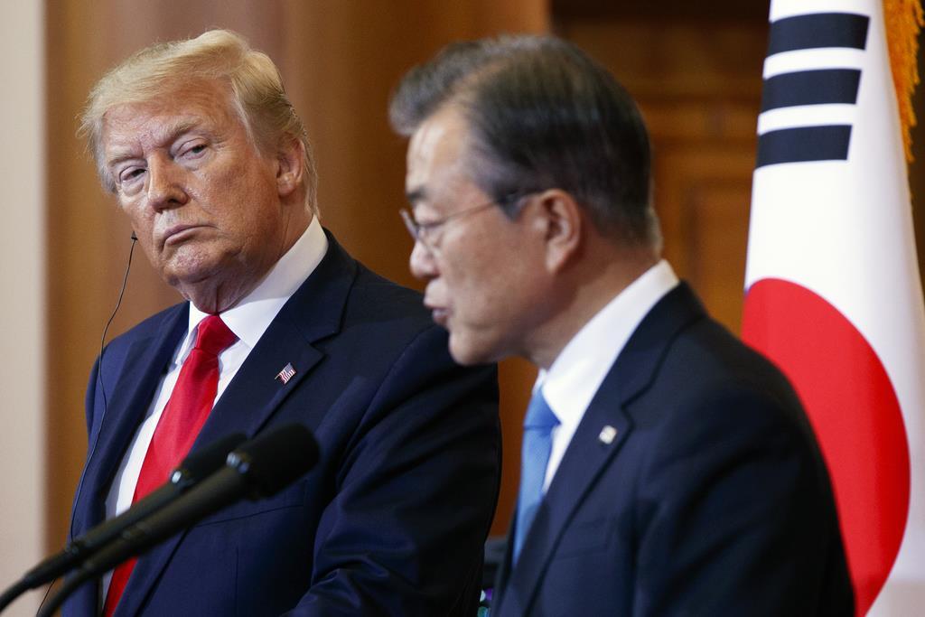 トランプ米大統領(左)と韓国の文在寅大統領 (AP)