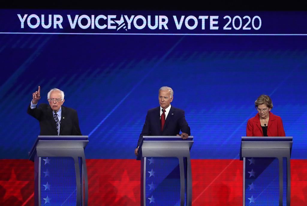 12日、米大統領選の民主党討論会に参加した(左から)サンダース上院議員、バイデン前副大統領、ウォーレン上院議員=米ヒューストン(ゲッティ=共同)