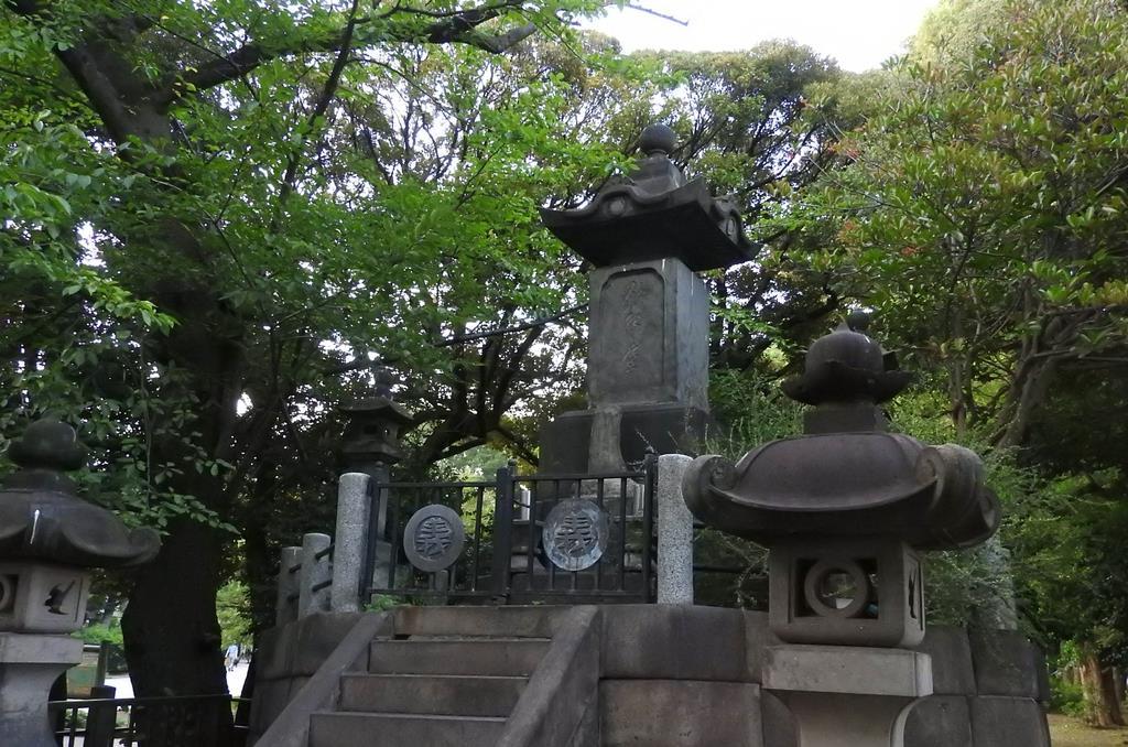 西郷隆盛像のすぐ後方(北側)にある「彰義隊の墓」=東京都台東区の上野公園(関厚夫撮影)