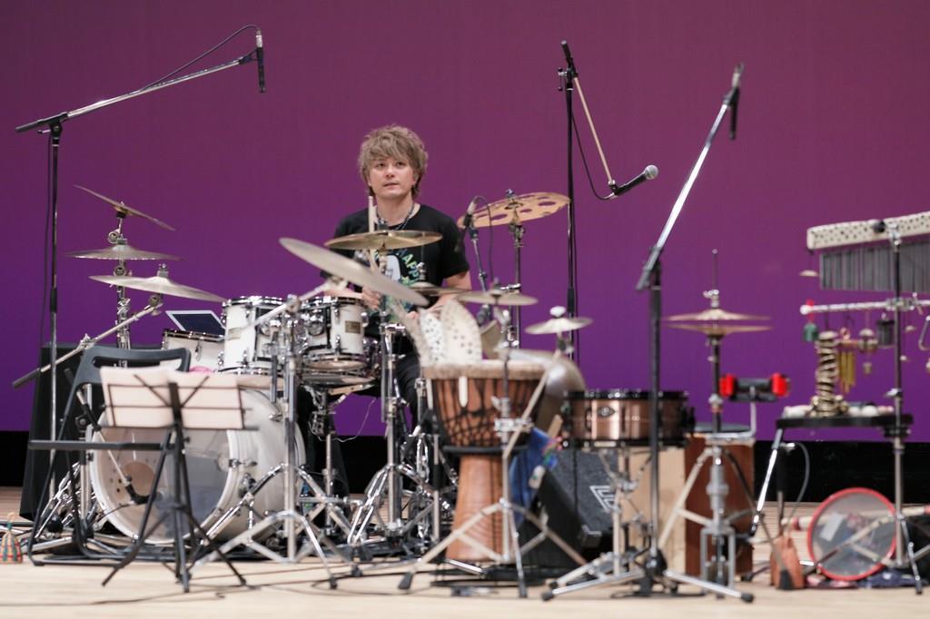ファッションショーのオープニングアクトでドラム演奏を披露する秋好佑治さん=9月、広島市中区