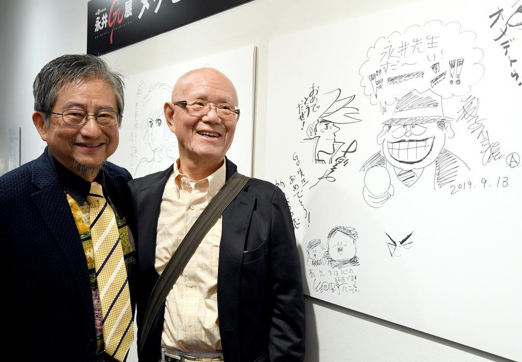 メッセージボードにあしたのジョーを描いたちばてつや(右)と記念撮影する永井豪=13日午後、東京・上野公園の上野の森美術館(酒巻俊介撮影)