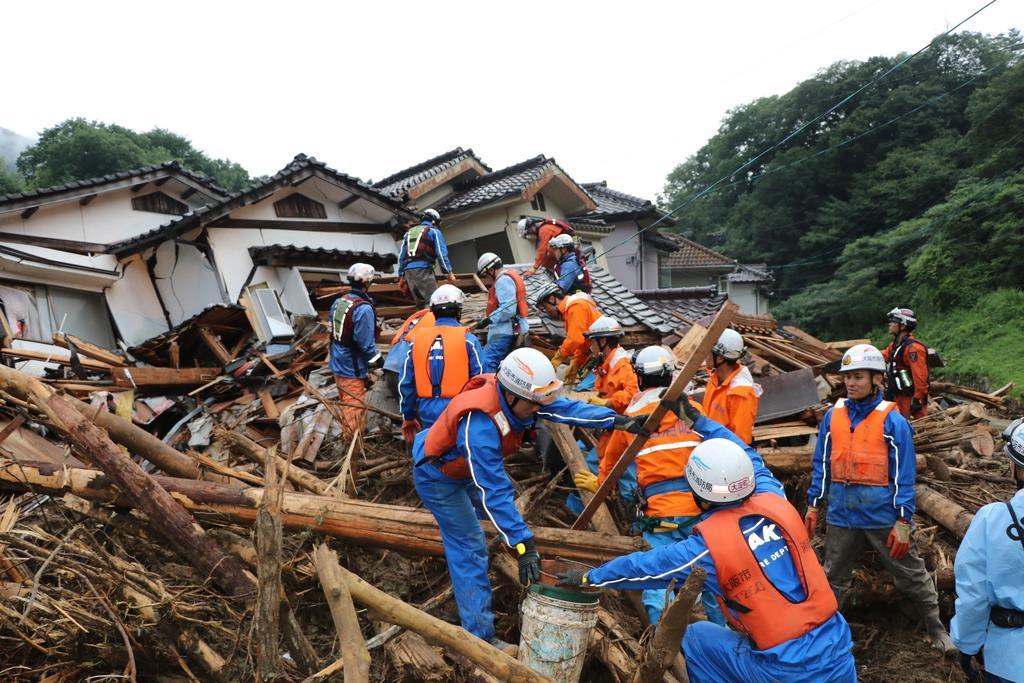 家屋が倒壊した現場で救助活動にあたる緊急消防援助隊大阪府大隊=広島市安芸区(大阪市消防局提供)