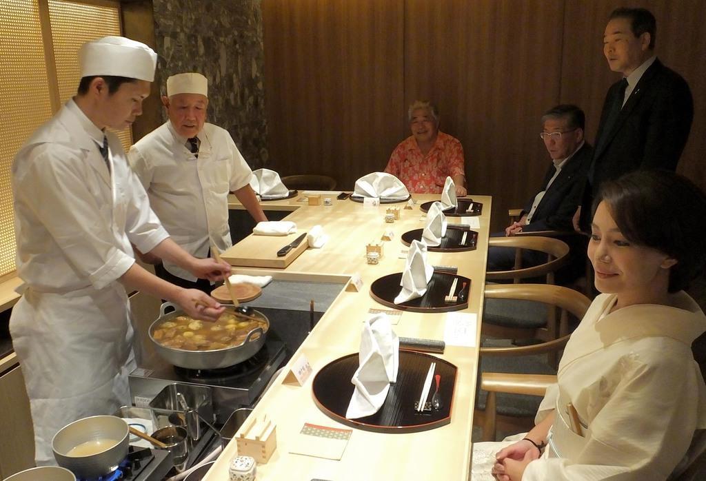 堺のおでんの名店「たこ吉」の味を引き継いだ千房の「すみ吉」の内覧会。鍋も引き継がれた=13日、大阪市中央区