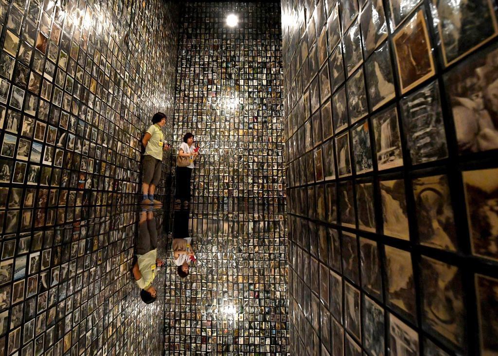 「横尾忠則自我自損展」に展示された「滝のインスタレーション」=13日午後、神戸市灘区の横尾忠則現代美術館(南雲都撮影)
