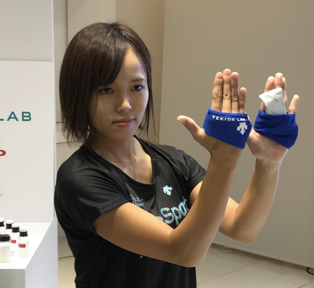 シャープが独自の蓄冷材を応用して開発する暑熱対策グローブ=13日、東京都港区(八倉陽平撮影)