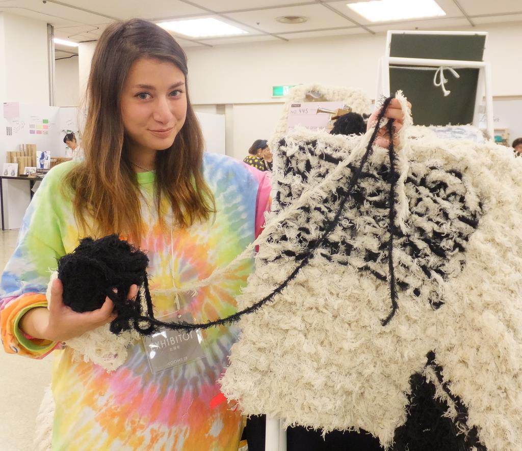 繊維工場の廃棄物だった端布の「紐」を素材に、ラグマットを制作する玉木マリエパスカルさん=東京都品川区