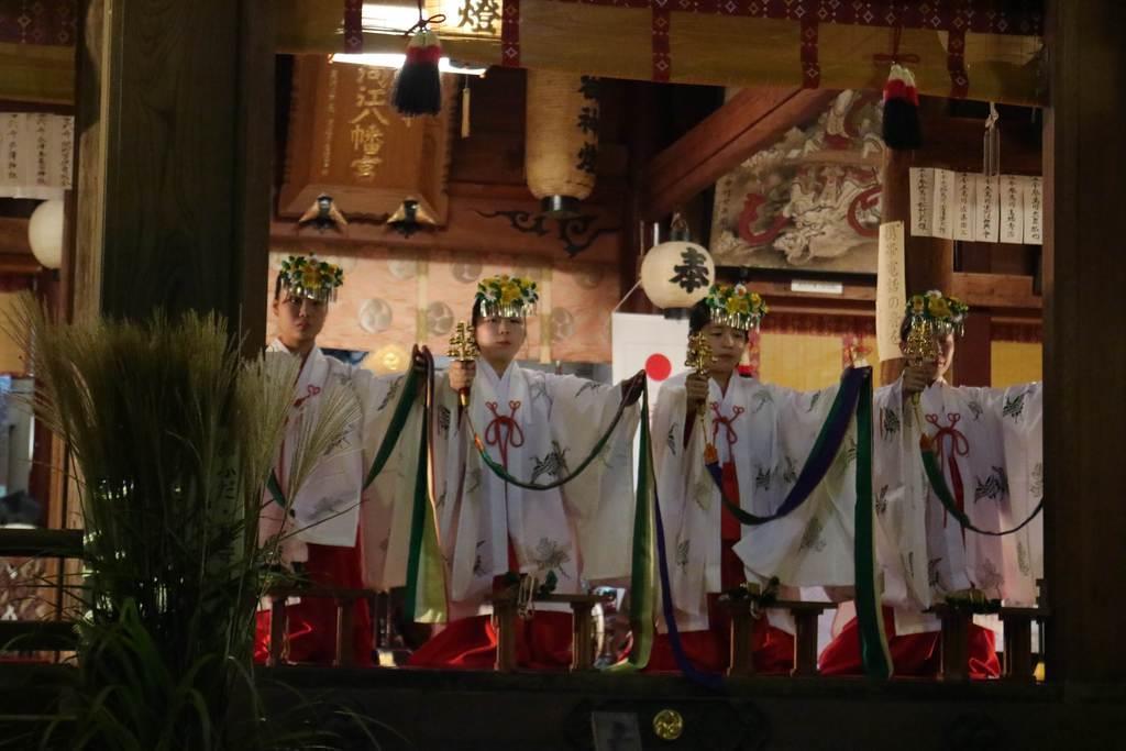 観月雅楽会で「浦安の舞」を典雅に舞う巫女たち=13日、山形県寒河江市の寒河江八幡宮