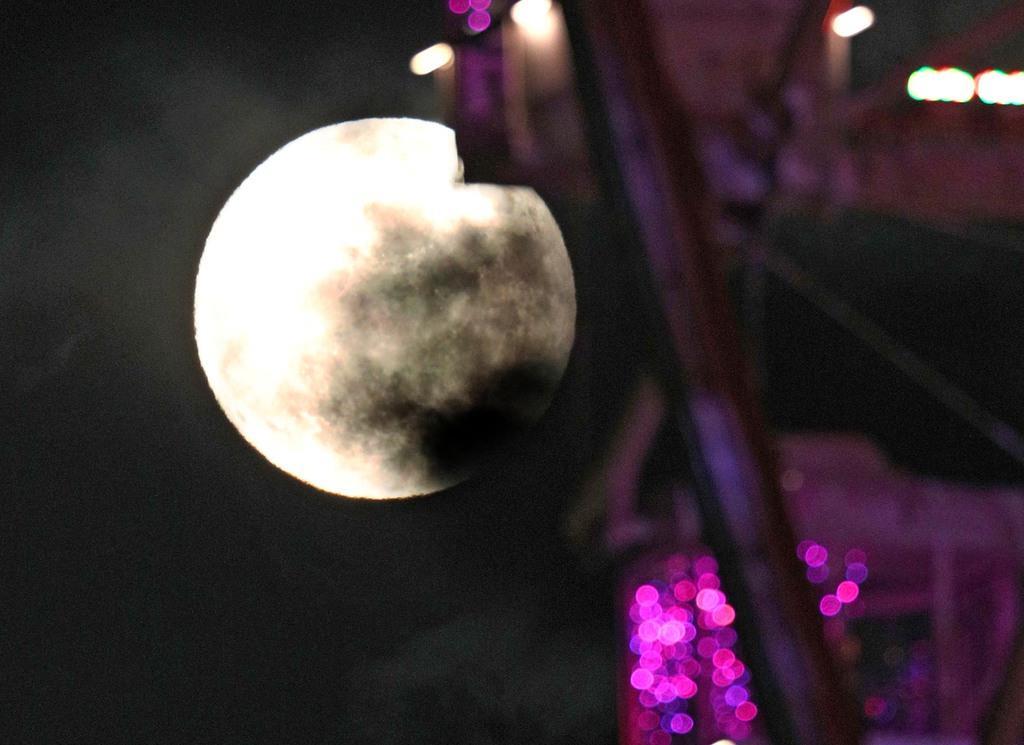 大阪府吹田市で見られた中秋の名月。手前はエキスポシティの観覧車=13日午後6時53分、大阪府吹田市(寺口純平撮影)