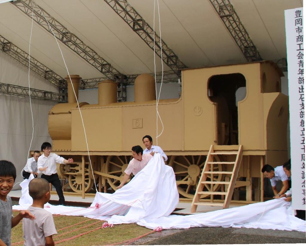 段ボールで実物大に再現された旧出石鉄道のSL模型。リアルな造形に見物客は「今にも動き出しそう」=9月1日のお披露目式、兵庫県豊岡市出石町
