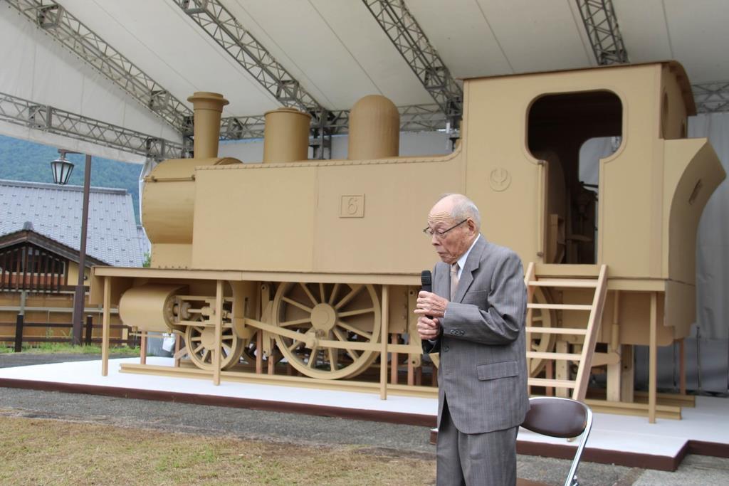 機関車と75年ぶりに再会した元運転士の秋山雅美さん