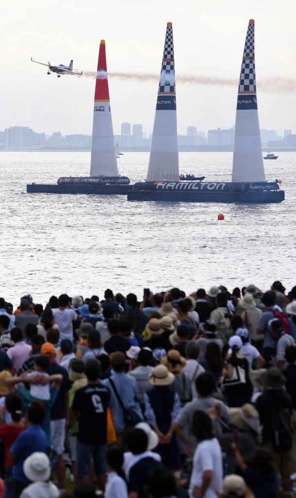 大勢の観客を惹きつけたエアレース。機体はチリのクリスチャン・ボルトン=7日午後、千葉・美浜区の幕張海浜公園(酒巻俊介撮影)