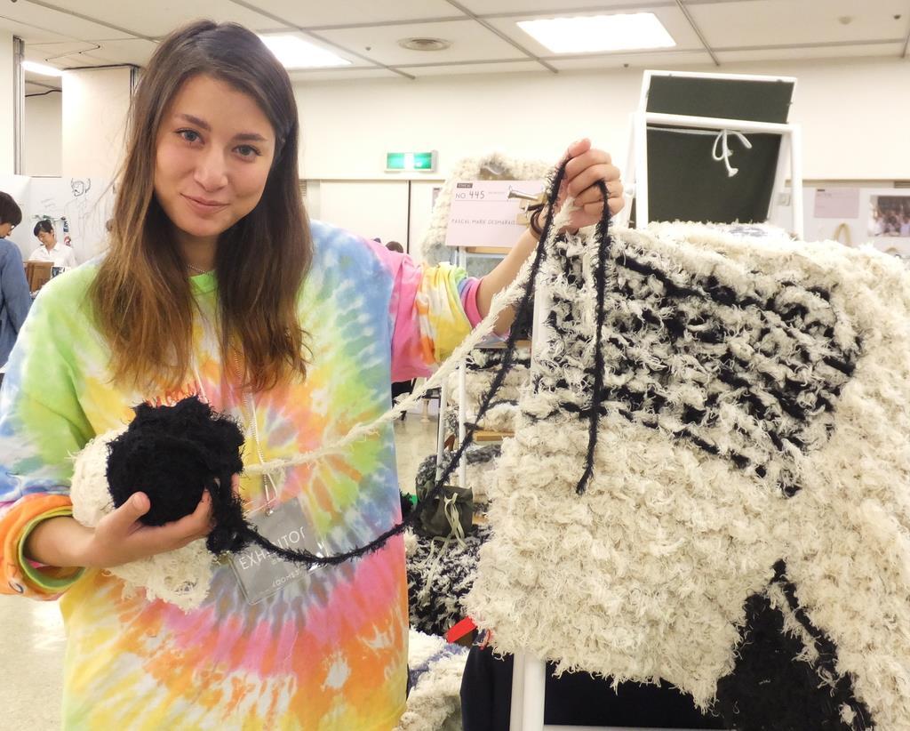 繊維工場の廃棄物として処分されていた「紐」を素材に、ラグマットを製造する玉木マリエパスカルさん=東京都品川区