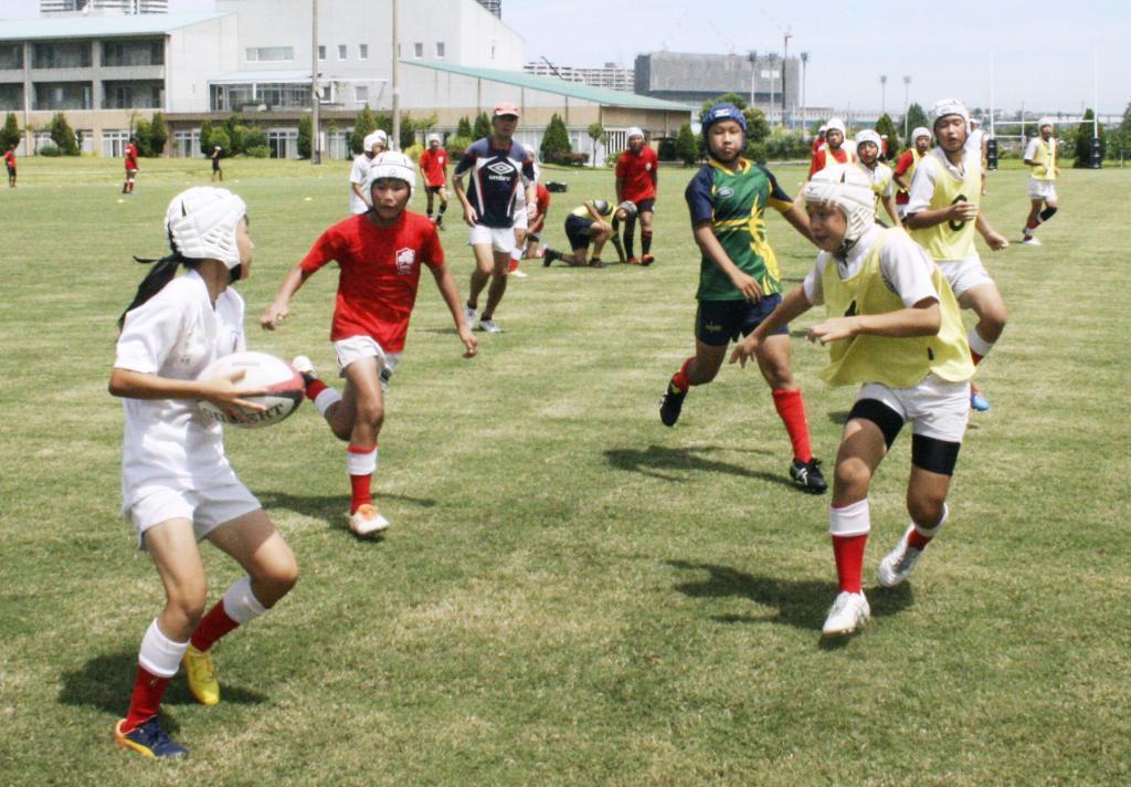 ミニゲームをする「草ケ江ヤングラガーズ」の中学生