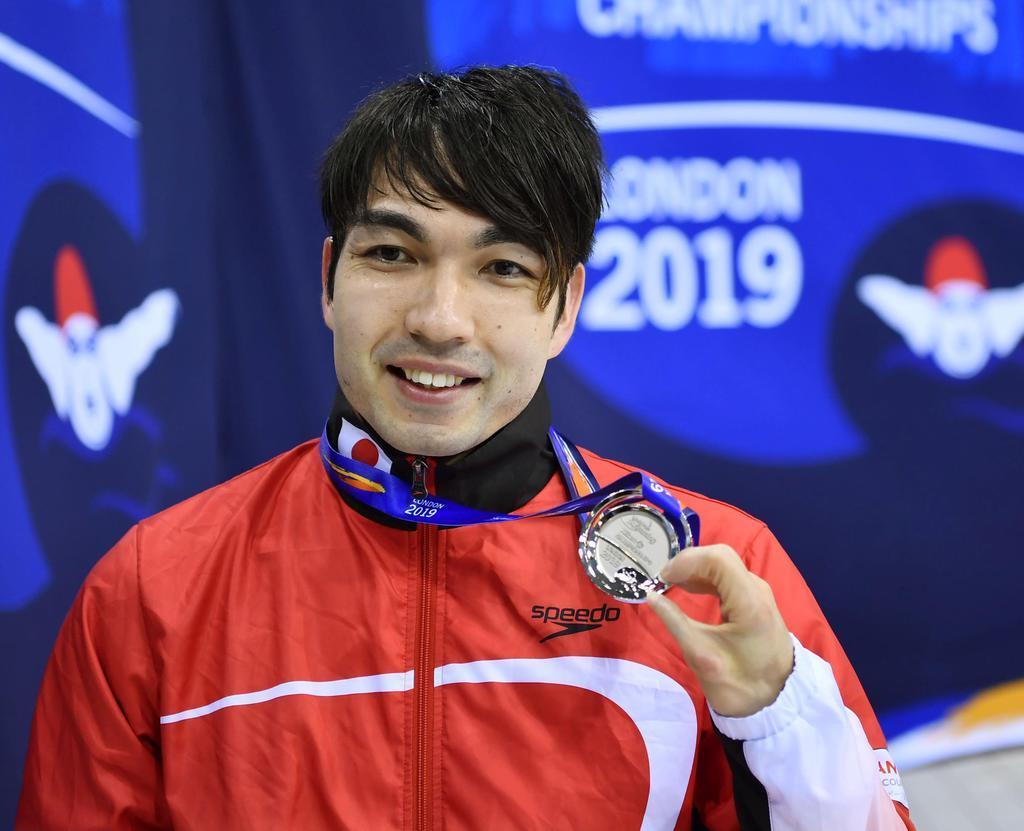 男子50メートル自由形(運動機能障害S4)で銀メダルを獲得し、笑顔を見せる鈴木孝幸=ロンドン(共同)