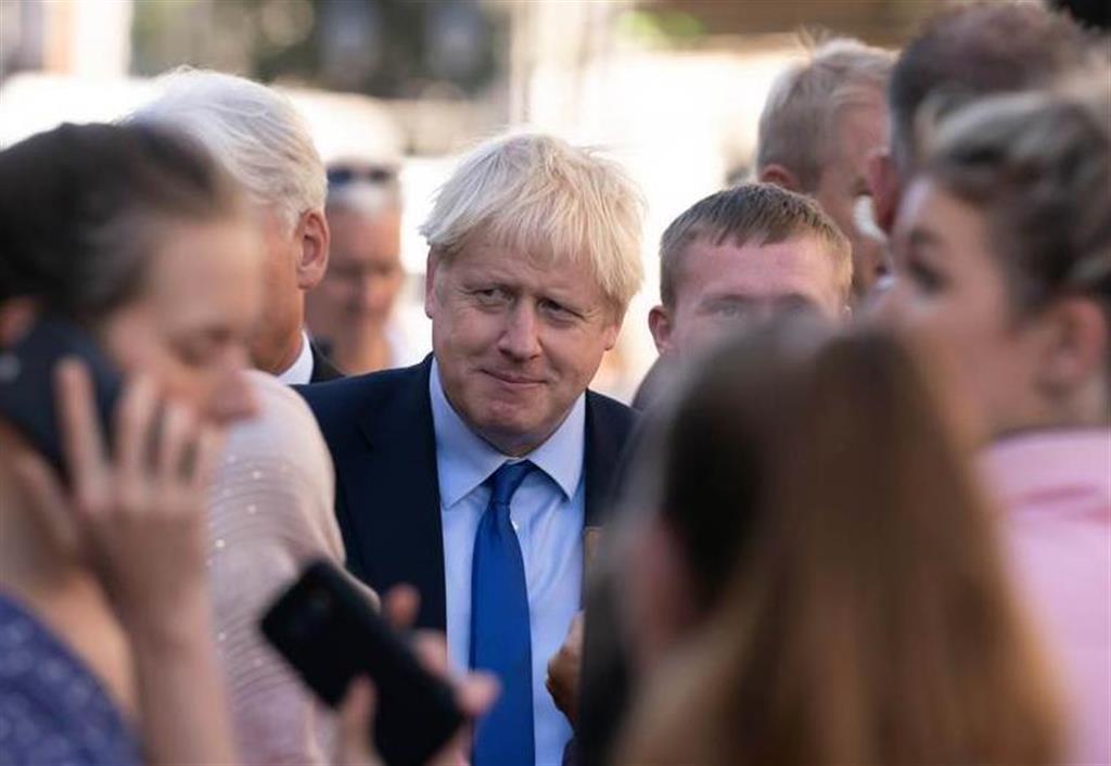 13日、英中部ドンカスターの市場に立ち寄ったジョンソン首相(中央)。公表された政権内部文書をめぐり波紋が広がっている(ロイター)