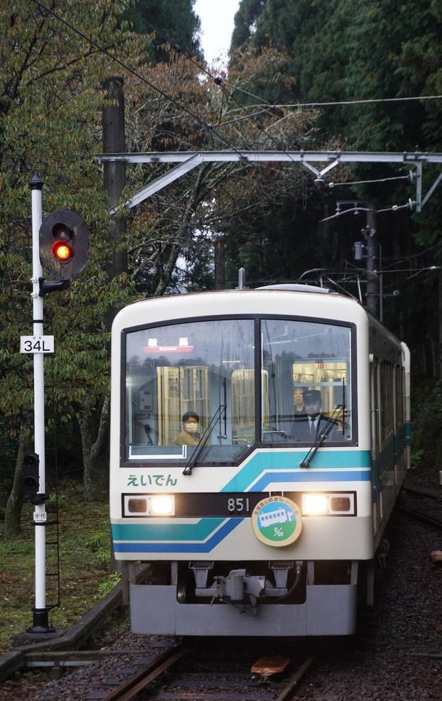 鞍馬駅へ入線する叡山電鉄の車両=京都市左京区(西川博明撮影)