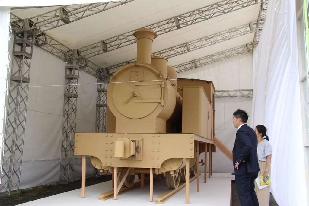 段ボールで作られた蒸気機関車の実物大模型