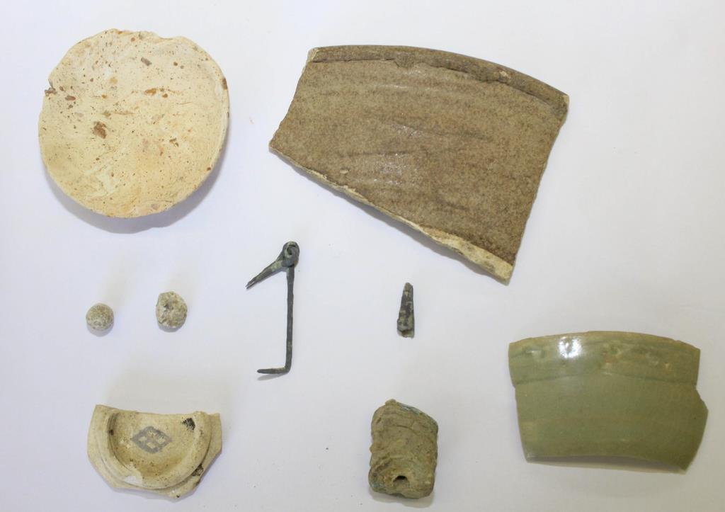 出土した鉛の鉄砲玉や金具などの遺物