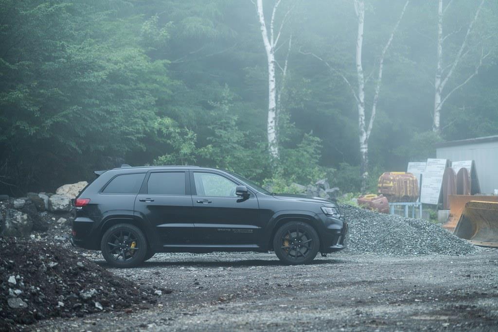 【主要諸元】全長×全幅×全高:4890mm×1980mm×1800mm、ホイールベース:2915mm、車両重量:2470kg、乗車定員:5名、エンジン:6165ccV型8気筒OHVスーパーチャージャー付(710ps/6200rpm、868Nm/4700rpm)、トランスミッション:8AT、駆動方式:4WD、タイヤサイズ:295/45ZR20、価格:1330万4000円(OP含まず)。
