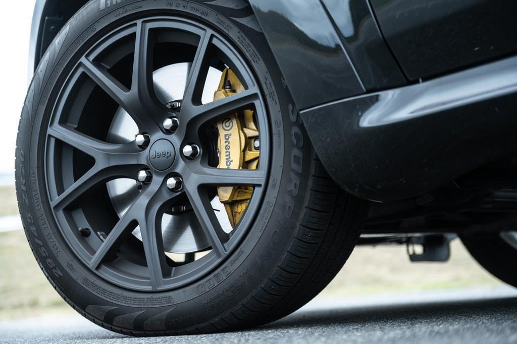 タイヤサイズは295/45ZR20。ブレーキキャリパーはブレンボ社製。