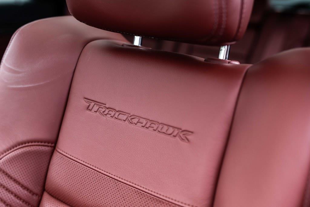 シートのバックレストには、トラックホークのロゴ入り。