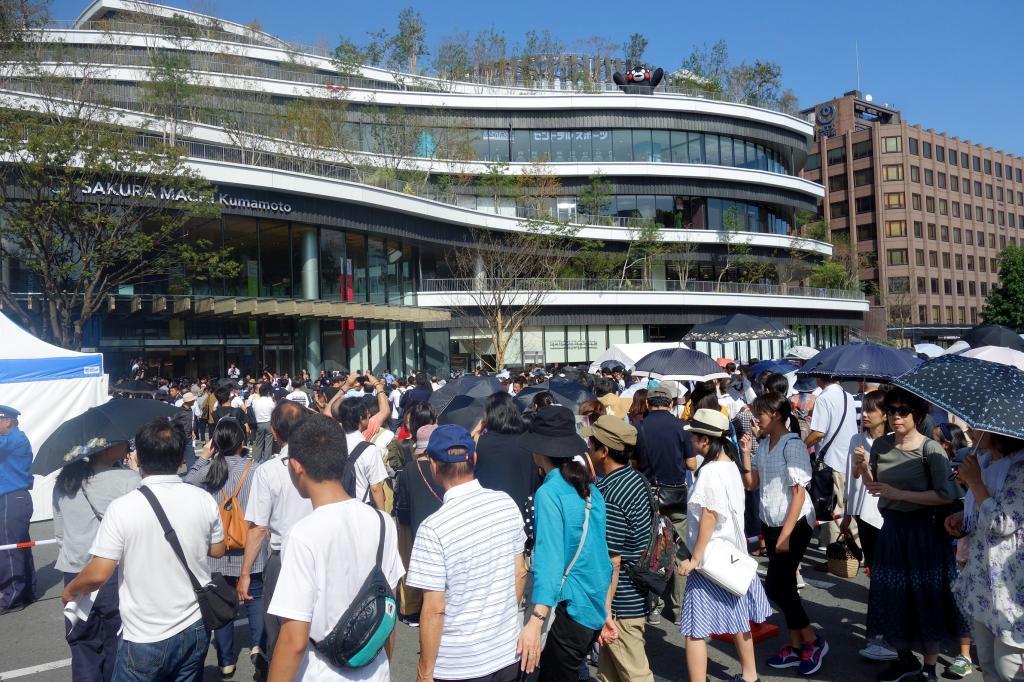 「サクラマチ クマモト」のオープンを前に行列をつくる人々
