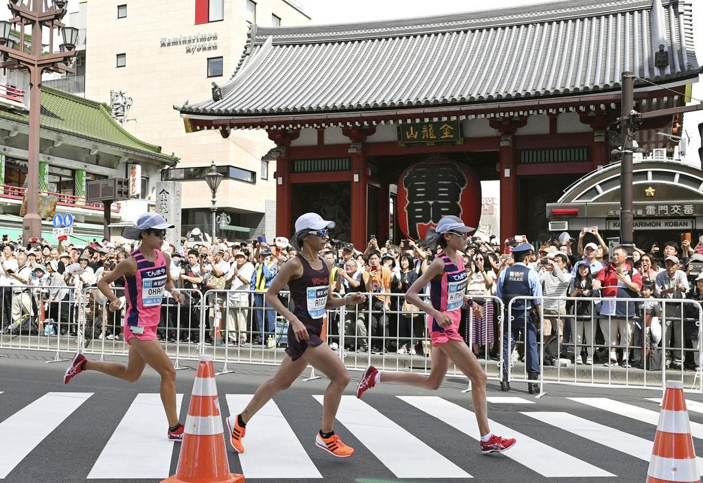 15キロ付近の東京・浅草寺の雷門前を通過する(右から)前田穂南、安藤友香、小原怜