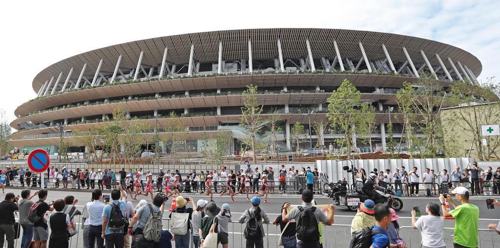 【MGC(マラソングランドチャンピオンシップ) 東京2020マラソン代表選考会】スタートし、新国立競技場前を通過する女子選手ら=15日、東京・明治神宮外苑(鈴木健児撮影)