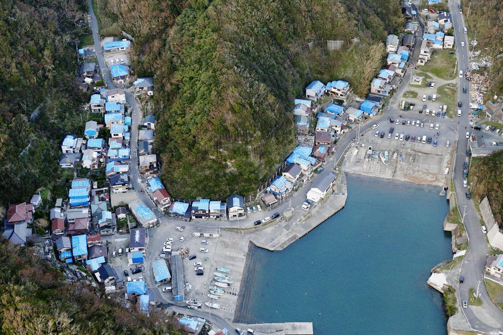 台風15号で被害を受け、ブルーシートが掛けられた住宅など=15日午後5時22分、千葉県鋸南町(共同通信社ヘリから)