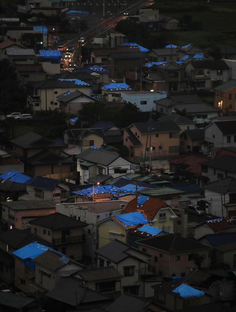 大規模停電を引き起こした台風15号の通過から1週間。千葉県鋸南町では多くの住宅の屋根にシートが掛けられていた=16日午後