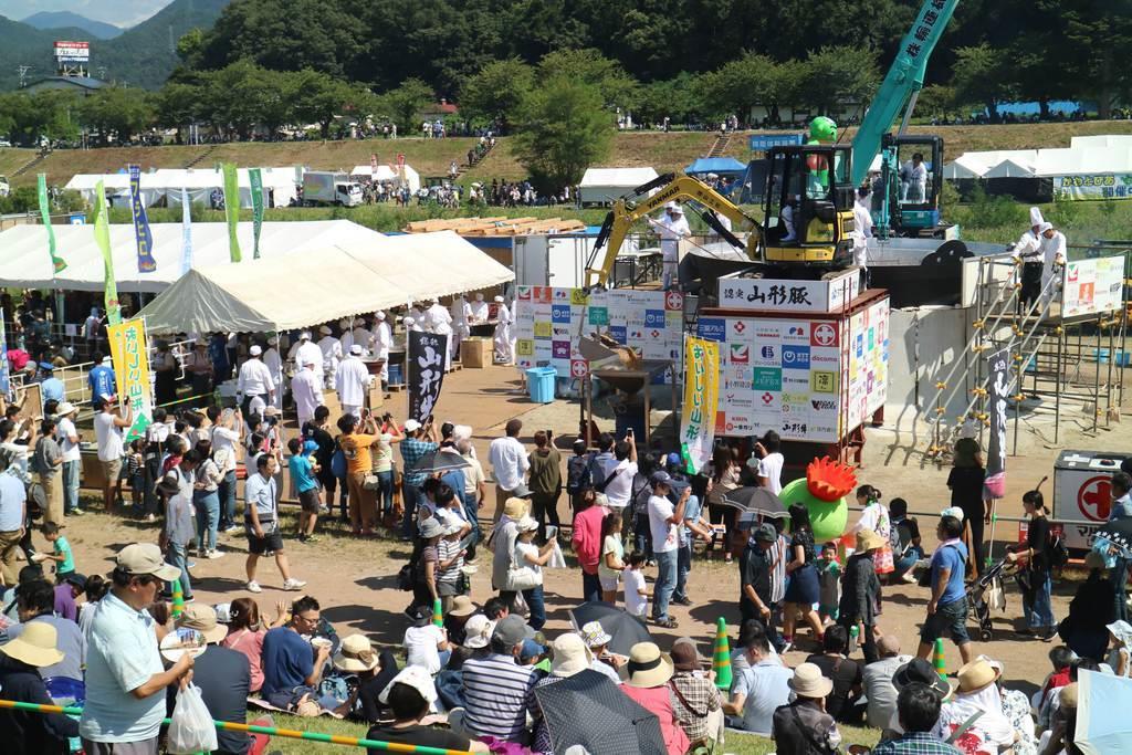 巨大鍋で約3万5000食分の芋煮が振る舞われた第31回日本一の芋煮会フェスティバル2019=15日、山形市馬見ケ崎(柏崎幸三撮影)