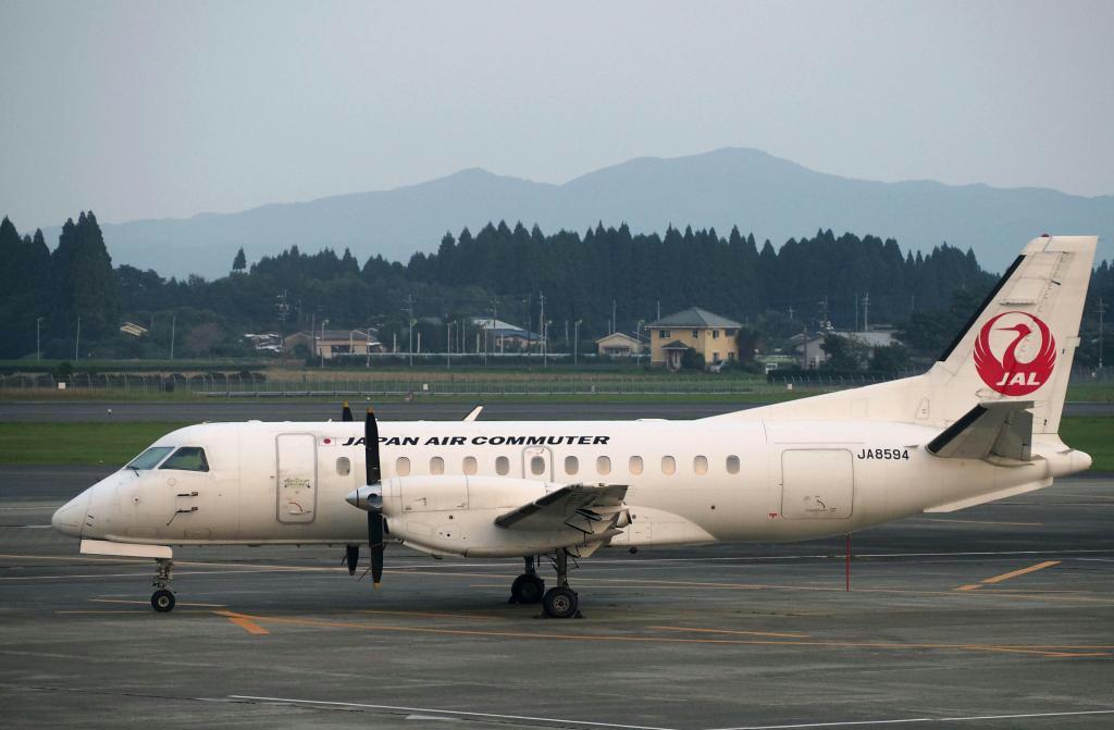 日本エアコミューターのプロペラ機「サーブ340B」=平成29年10月、鹿児島空港