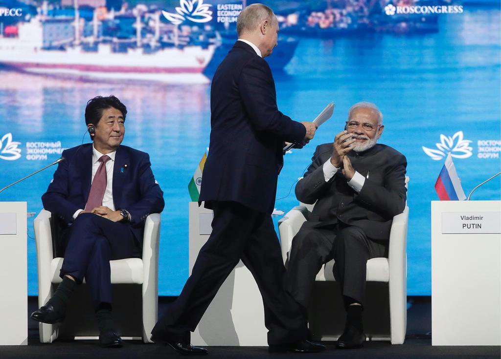 5日、東方経済フォーラムの壇上に会した(左から)安倍晋三首相、プーチン露大統領、モディ・インド首相 (AP)