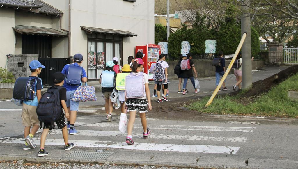 再開した小学校に通学する児童たち=17日午前、千葉県館山市