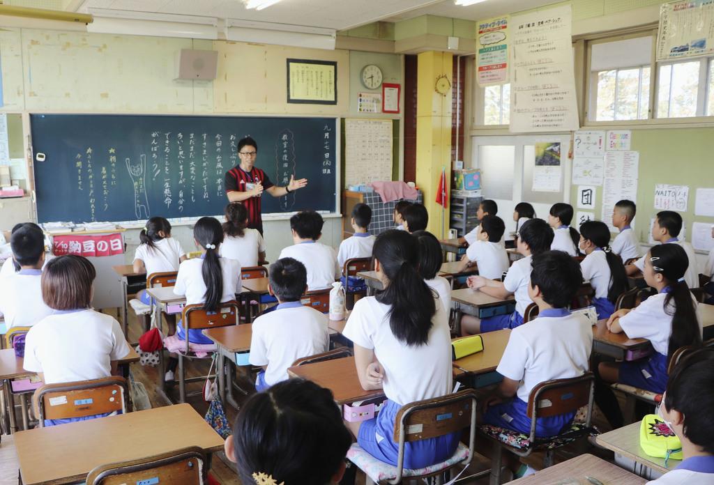 再開した八街市立交進小で先生の話を聞く児童=17日午前、千葉県八街市