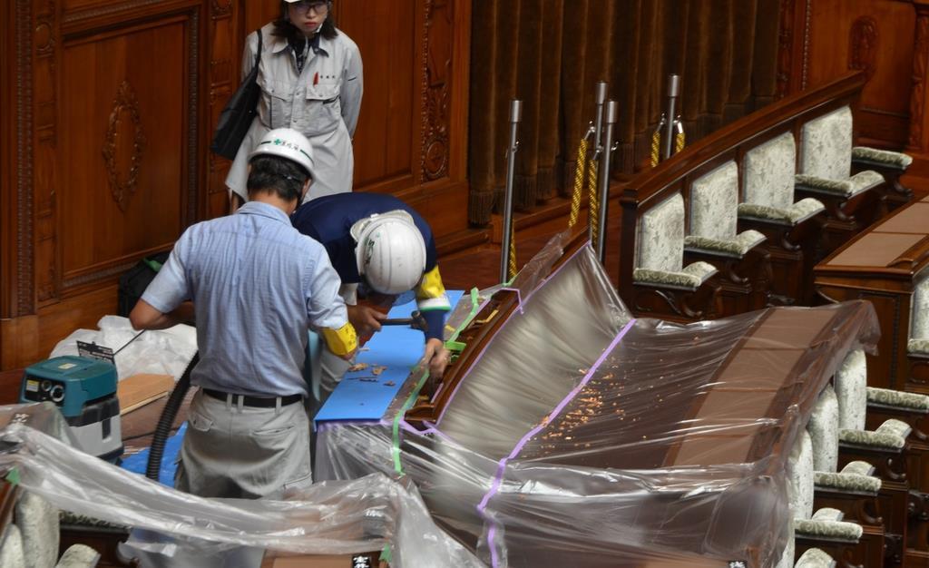 参院本会議場で始まった押しボタン式の投票装置の設置工事=17日午前、国会内(今仲信博撮影)