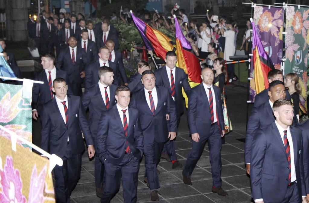 市民らの歓迎を受け、宮崎県庁本館に入るイングランド代表選手