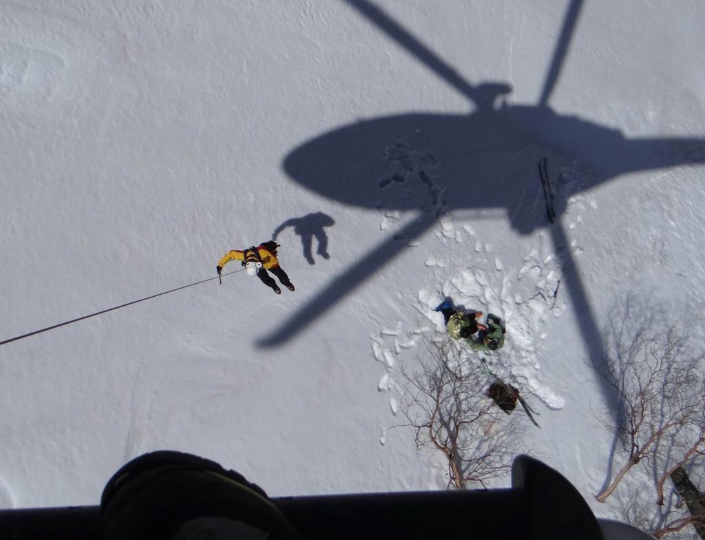 南アルプス・仙丈ケ岳で、遭難者を救助する長野県警ヘリ(県警提供)
