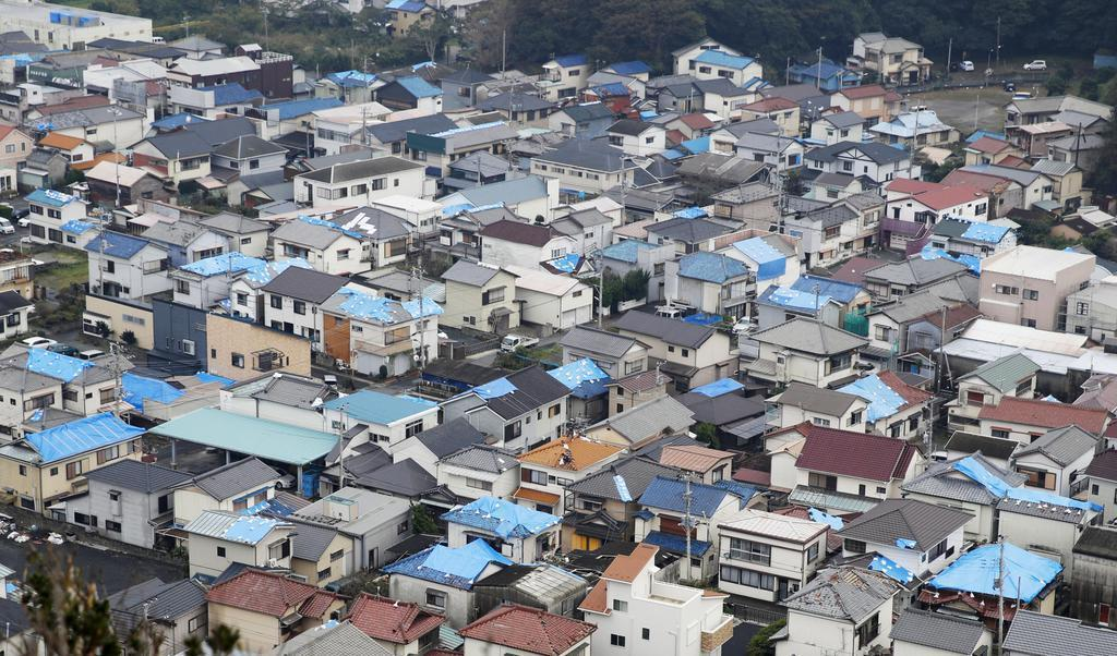 台風15号は大きな爪痕を残した。ブルーシートが掛けられた屋根が目立つ千葉県鋸南町の住宅=9月16日