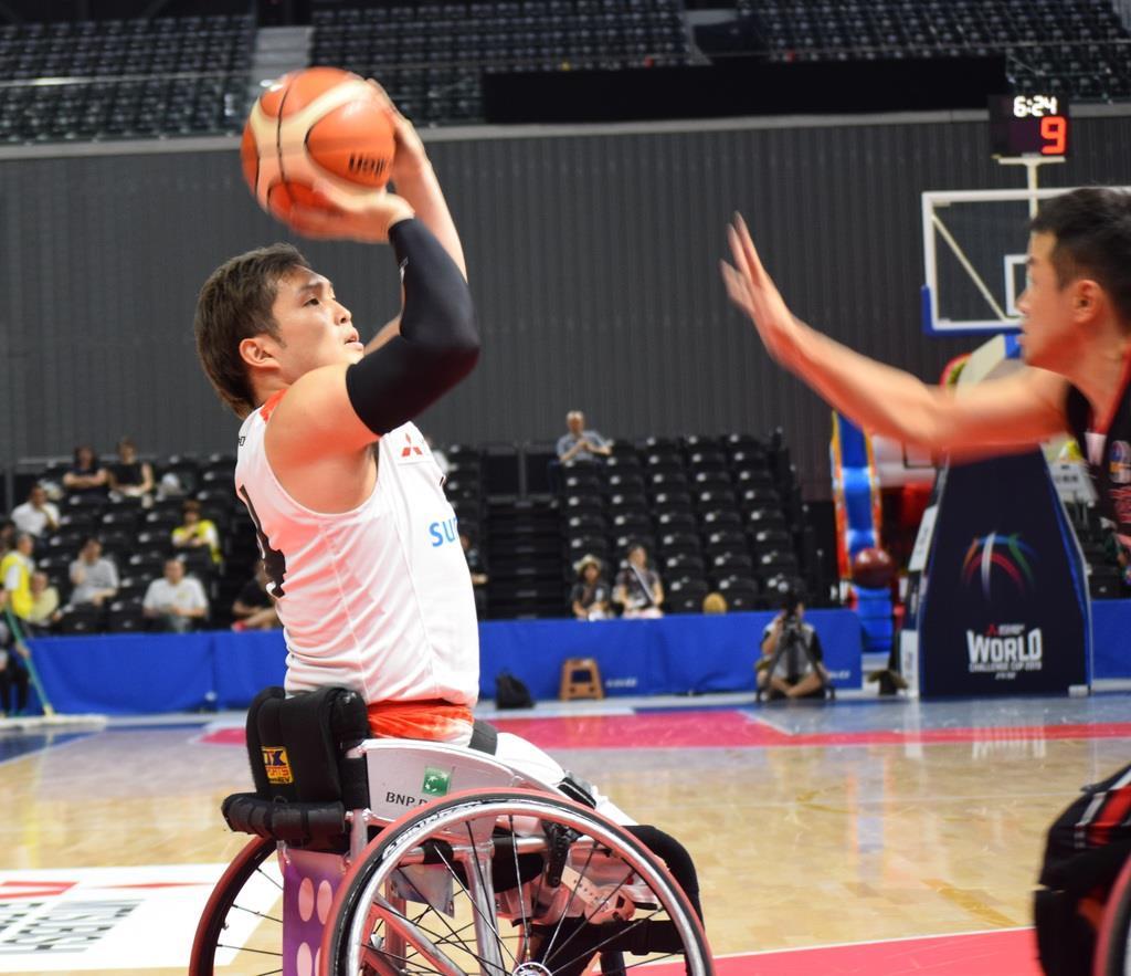 シュートを放つ村上直広選手(左)
