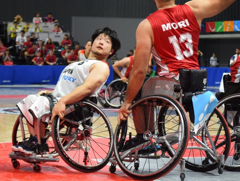ハイポインターにマッチアップする川原凜選手(左)