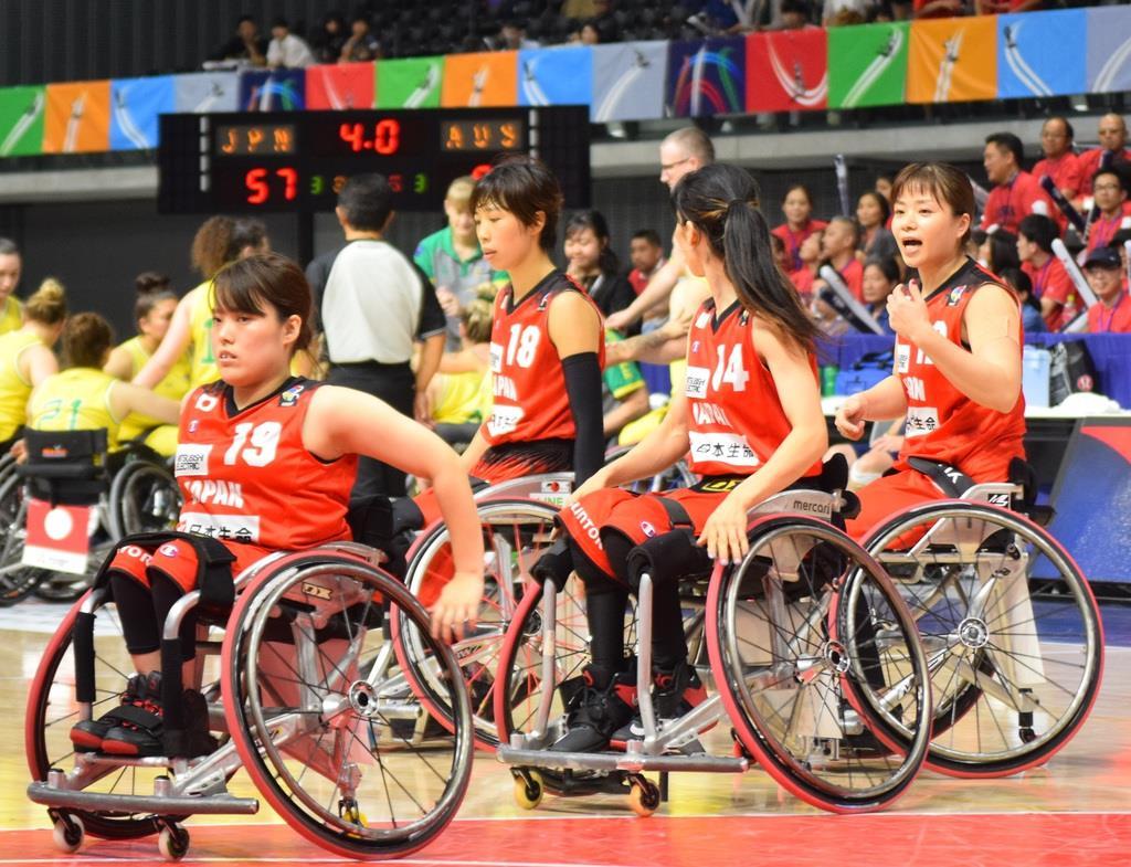 残り4秒でコートに戻る女子日本代表の選手。藤井郁美選手は一番右。
