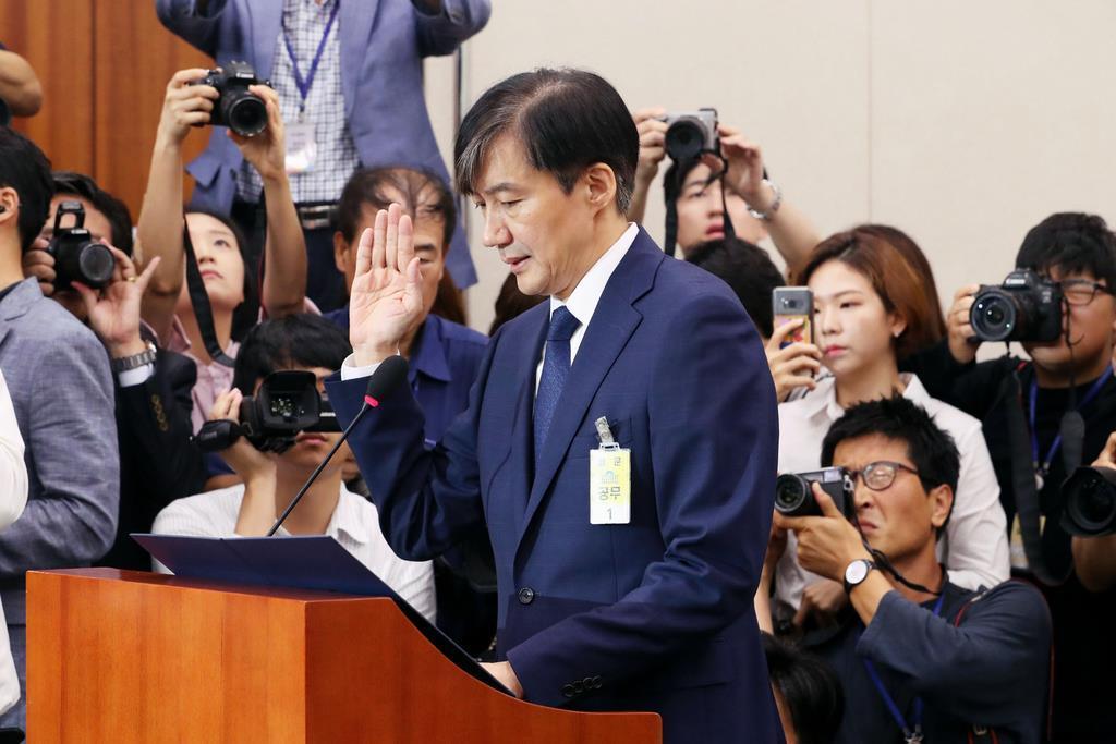 娘がソウル中央地検の聴取を受けた韓国のチョ法相(聯合=共同)