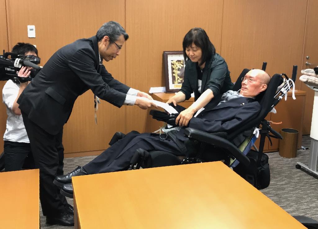 台風15号被害への要望書を提出するれいわ新選組の舩後靖彦参院議員=18日、国会内